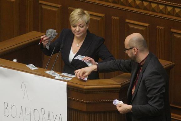 Гонтарева розповіла, коли українці зможуть вільно обмінювати валюту
