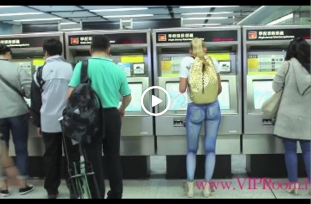 Звичайна Дівчина Гуляє По Гонконгу, Але Придивіться Покраще … (ВІДЕО)