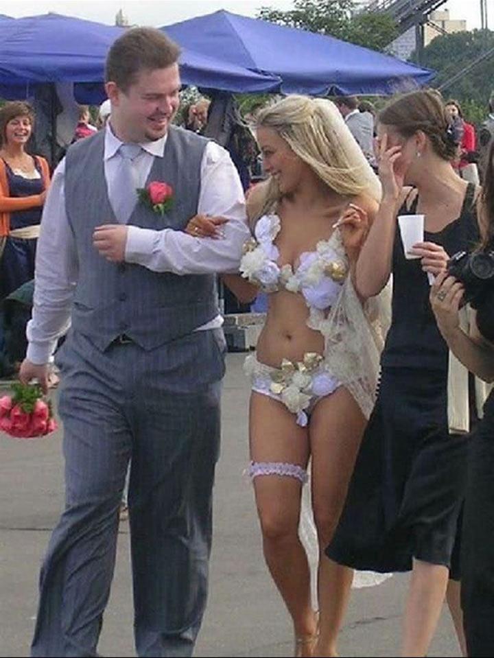 Девушки в свадебных нарядах оголили формы  63374
