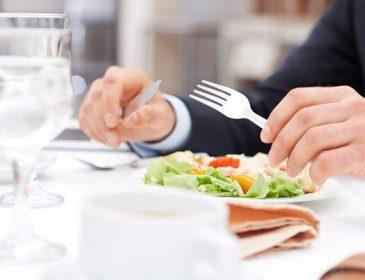 Ось як правильно слід користуватися серветкою в ресторані. А ви робите так само?