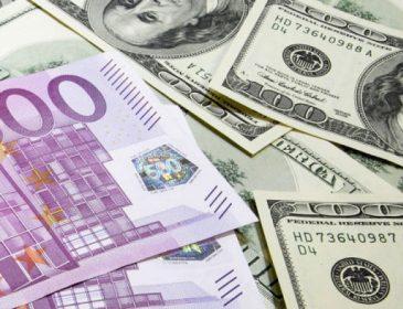 Валютні війни: Експерт розповів про наслідки здешевлення долара для світової економіки