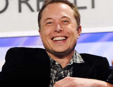 Tesla стежить за тобою! В авто знайшли камеру, що таємно знімає водія