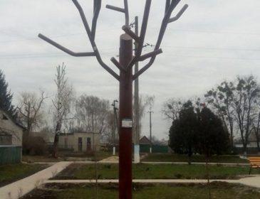 """Турбуючись про довкілля: на Черкащині встановили """"сонячне"""" дерево"""