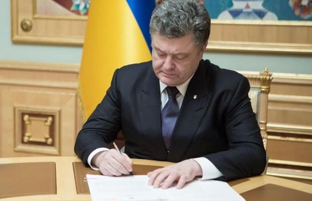 """""""Ніхто борги віддавати не буде!"""": Порошенко підписав важливий закон"""