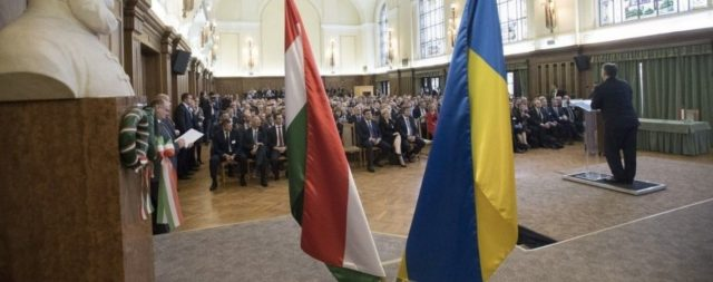 """""""Продались за келих шампанського!"""": Угорщина масово видає паспорти українцям"""