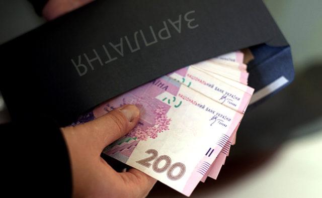 """""""Чорна"""" зарплата в конвертах: В Україні виявили тисячі неофіційних працівників"""