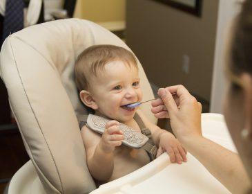 «Муніципальна няня»: Кабмін платитиме дідусям і бабусям, щоб вони доглядали за онуками
