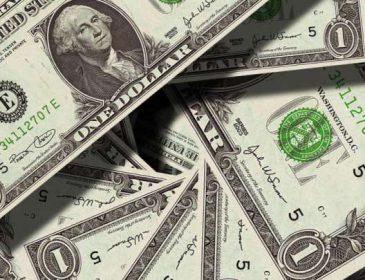 Ціни на валюту стрімко коливаються: долар дорожчає, а євро подешевшало